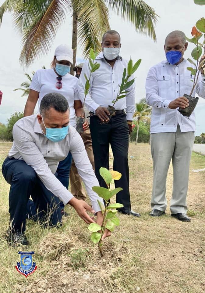 Alcalde Fermin Brito siembra el primer árbol, por motivo del dia de la Tierra